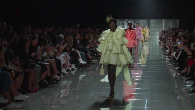 models walk the runway at marc jacobs - runway - september 2018 - new york fashion week at park avenue armory on september 12, 2018 in new york city. - ニューヨークファッションウィーク点の映像素材/bロール