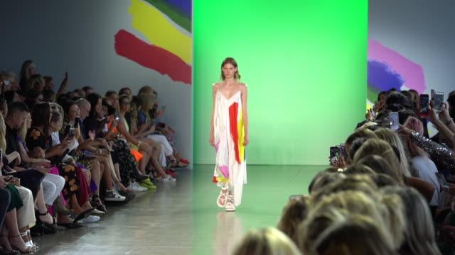 vídeos y material grabado en eventos de stock de models walk the runway at milly by michelle smith runway september 2018 new york fashion week the shows at gallery ii at spring studios on september... - semana de la moda de nueva york