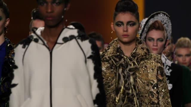 vídeos y material grabado en eventos de stock de models walk the runway at naeem khan new york fashion week at gallery i at spring studios on february 13 2018 in new york city - semana de la moda mercedes benz