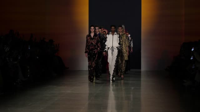 vídeos y material grabado en eventos de stock de models walk the runway at naeem khan new york fashion week at gallery i at spring studios on february 13 2018 in new york city - semana de la moda de nueva york
