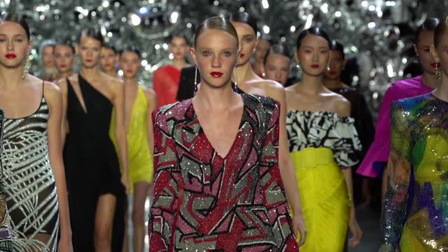 vídeos y material grabado en eventos de stock de models walk the runway at naeem khan runway september 2018 new york fashion week at gallery i at spring studios on september 11 2018 in new york city - semana de la moda de nueva york