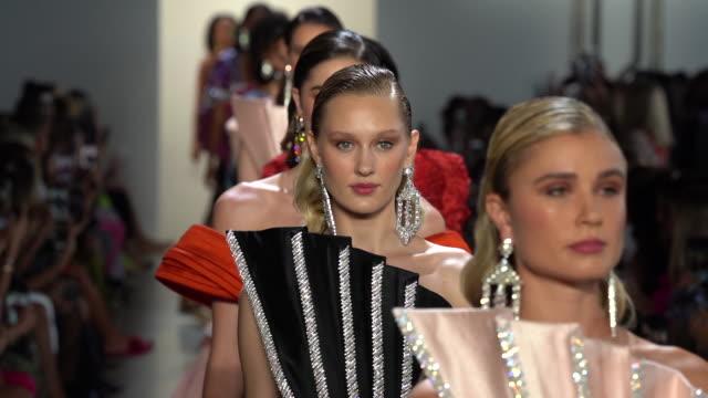 vídeos y material grabado en eventos de stock de models walk the runway at raisavanessa runway september 2019 nyfw at gallery i at spring studios on september 08 2019 in new york city - semana de la moda de nueva york