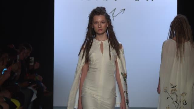 stockvideo's en b-roll-footage met models walk the runway at runa ray september 2016 new york fashion week at the dock skylight at moynihan station on september 14 2016 in new york city - moynihan station