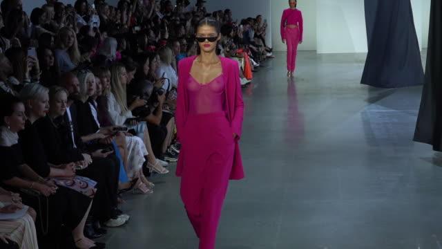 vídeos y material grabado en eventos de stock de models walk the runway at sally lapointe runway september 2018 new york fashion week at new design high school on september 11 2018 in new york city - semana de la moda de nueva york
