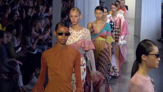 stockvideo's en b-roll-footage met models walk the runway at selfportrait runway september 2018 new york fashion week at gallery i at spring studios on september 08 2018 in new york... - new york modeweek