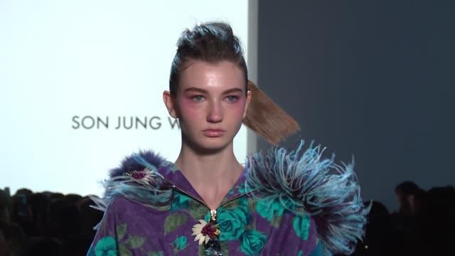 vídeos y material grabado en eventos de stock de models walk the runway at son jung wan new york fashion week at gallery i at spring studios on february 10 2018 in new york city - semana de la moda mercedes benz