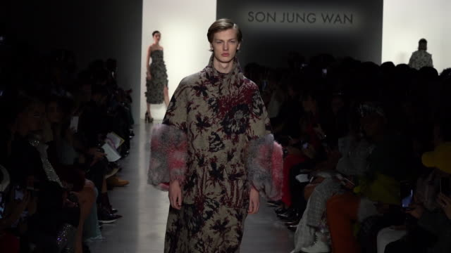 vidéos et rushes de models walk the runway at son jung wan runway february 2019 new york fashion week the shows at gallery i at spring studios on february 09 2019 in new... - podium de défilé