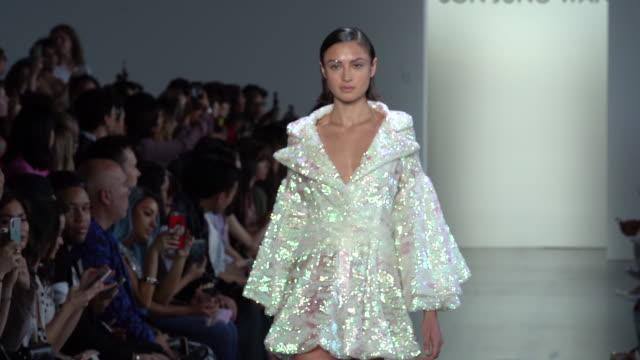 vídeos y material grabado en eventos de stock de models walk the runway at son jung wan runway september 2018 new york fashion week the shows> at gallery i at spring studios on september 08 2018 in... - semana de la moda de nueva york