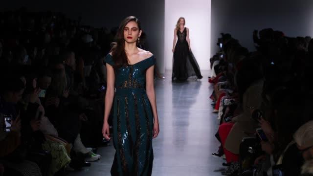 vídeos y material grabado en eventos de stock de models walk the runway at tadashi shoji new york fashion week at gallery i at spring studios on february 08 2018 in new york city - semana de la moda mercedes benz