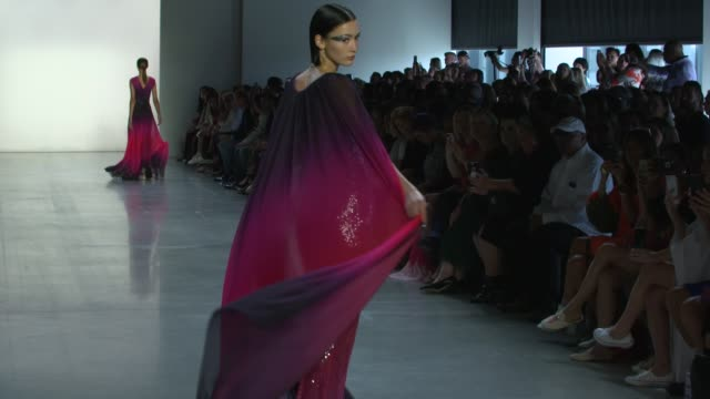 vídeos y material grabado en eventos de stock de models walk the runway at tadashi shoji runway september 2018 new york fashion week the shows on september 6 2018 in new york city - semana de la moda de nueva york