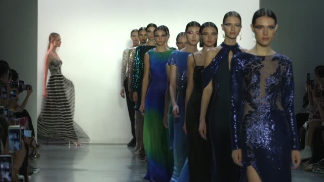 stockvideo's en b-roll-footage met models walk the runway at tadashi shoji runway september 2018 new york fashion week the shows on september 6 2018 in new york city - new york modeweek