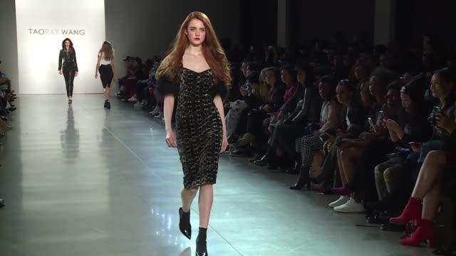 vídeos y material grabado en eventos de stock de models walk the runway at taoray wang new york fashion week at gallery ii at spring studios on february 10 2018 in new york city - semana de la moda mercedes benz