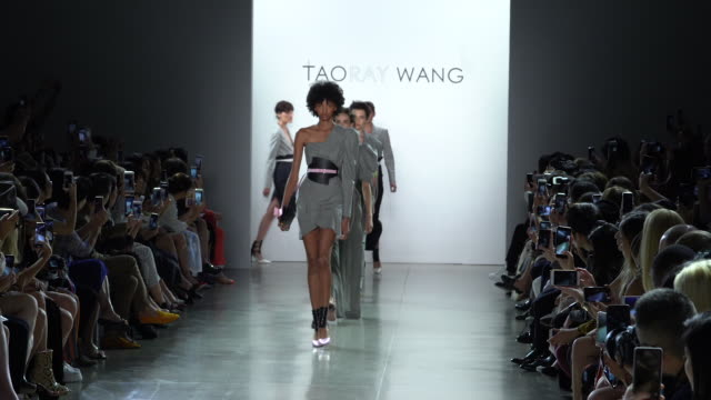 stockvideo's en b-roll-footage met models walk the runway at taoray wang runway september 2018 new york fashion week the shows at gallery ii at spring studios on september 08 2018 in... - new york modeweek