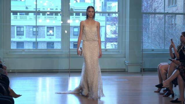 vídeos y material grabado en eventos de stock de models walk the runway at the justin alexander show during new york fashion week: bridals on april 13, 2018 in new york city. - colección de la moda