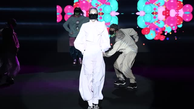 models walk the runway at the maison mesa fashion show during mercedes benz fashion week madrid april 2021 at ifema on april 10, 2021 in madrid,... - fashion show stock-videos und b-roll-filmmaterial