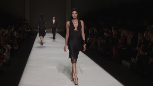 vídeos y material grabado en eventos de stock de models walk the runway at tom ford september 2018 new york fashion week at park avenue armory on september 5 2018 in new york city - semana de la moda de nueva york