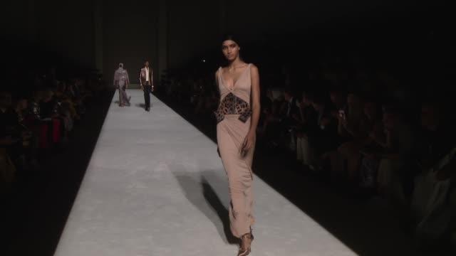vídeos de stock, filmes e b-roll de models walk the runway at tom ford september 2018 new york fashion week at park avenue armory on september 5 2018 in new york city - tom ford