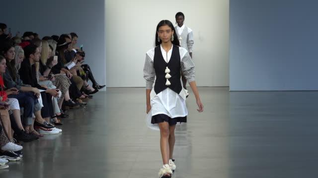 vídeos y material grabado en eventos de stock de models walk the runway at tome runway september 2018 new york fashion week at gallery ii at spring studios on september 11 2018 in new york city - semana de la moda de nueva york