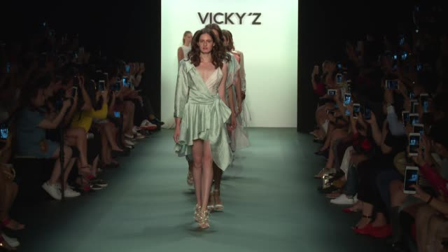stockvideo's en b-roll-footage met models walk the runway at vicky zhang september 2016 new york fashion week at the dock skylight at moynihan station on september 10 2016 in new york... - moynihan station