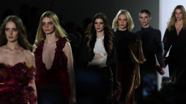 vídeos y material grabado en eventos de stock de models walk the runway at vivienne hu new york fashion week at spring studio on february 13 2018 in new york city - semana de la moda mercedes benz