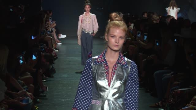stockvideo's en b-roll-footage met models walk the runway at vivienne tam september 2016 new york fashion week at the arc skylight at moynihan station on september 12 2016 in new york... - moynihan station
