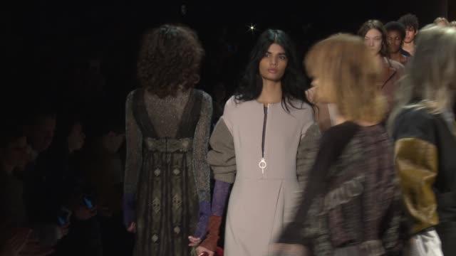 vídeos y material grabado en eventos de stock de models walk the runway during bcbgmaxazria - new york fashion week - womens f/w 2016 at the arc, skylight at moynihan station on february 11, 2016 in... - vestimenta para mujer