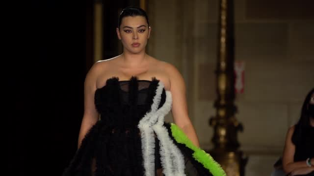 models walk the runway during the christian siriano fw2022 nyfw show at gotham hall on september 7, 2021 in new york city. - ニューヨークファッションウィーク点の映像素材/bロール
