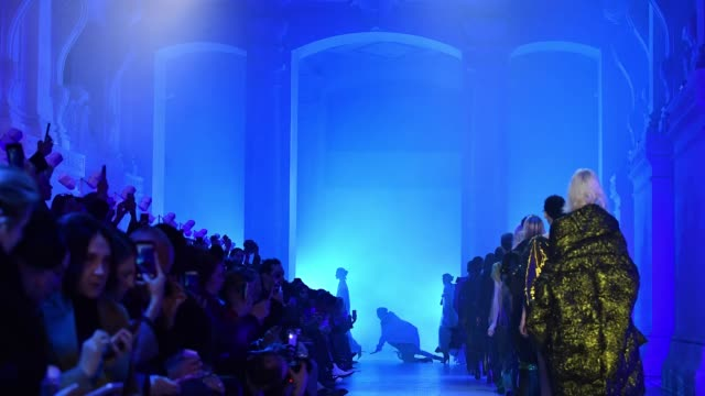 stockvideo's en b-roll-footage met models walk the runway during the poiret show as part of the paris fashion week womenswear fall/winter 2018/2019 on march 4 2018 in paris france - herfst winter collectie