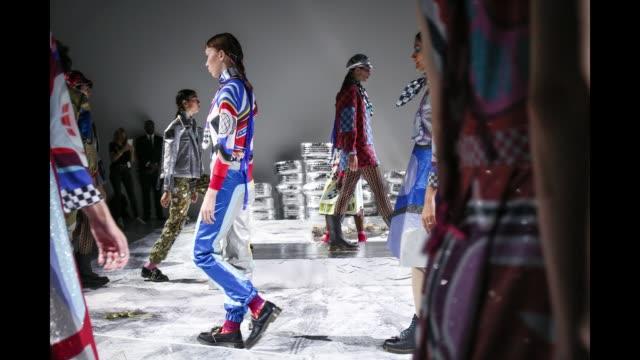 vidéos et rushes de gif models walking at the sadie williams presentation on september 18 2018 in london england - semaine de la mode de londres