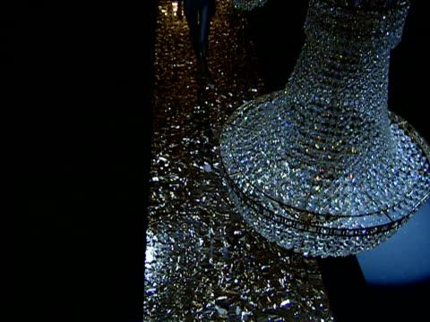 vídeos de stock e filmes b-roll de ha ws models walking in b&c european style fashion show as strobe lights flash / oh view of models/ td ws models walking/ belgrade, serbia  - luz estroboscópica