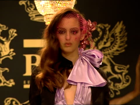 vídeos de stock, filmes e b-roll de ms models walking toward camera on catwalk during b&c european style fashion show/ belgrade, serbia - 18 19 anos