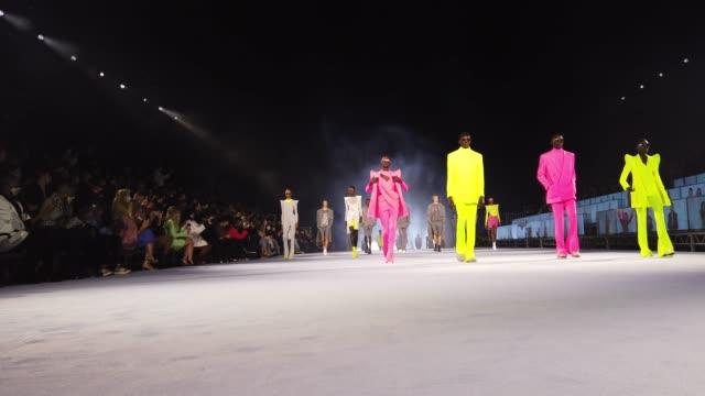 vídeos y material grabado en eventos de stock de models walks the runway during the finale at balmain ready to wear spring/summer 2021 fashion show as part of paris fashion week on september 30,... - desfile de moda