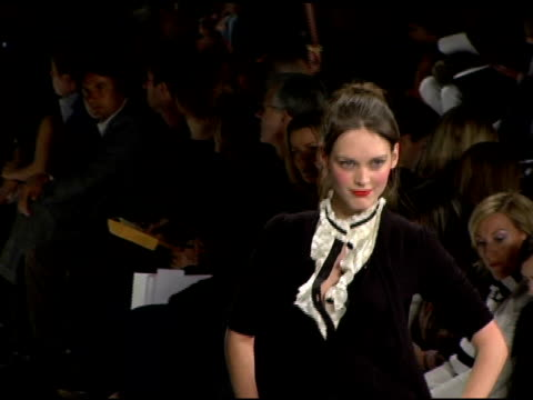 models wearing diane von furstenberg fall 2006 at the olympus fashion week fall 2006 diane von furstenberg runway at the tent at bryant park in new... - オリンパスファッションウィーク点の映像素材/bロール