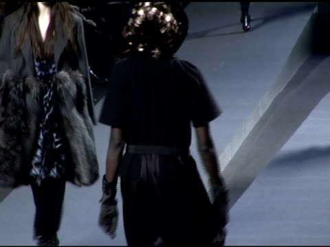 models wearing marc jacobs fall 2006 at the olympus fashion week fall 2006 marc jacobs arrivals and runway at new york state armory in new york, new... - オリンパスファッションウィーク点の映像素材/bロール