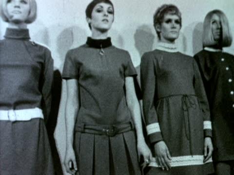 vídeos y material grabado en eventos de stock de models wearing mary quant's jersey dresses stand in a line during a photo shoot. 1967. - vestimenta para mujer