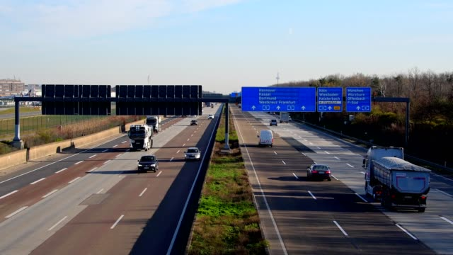 vidéos et rushes de moderate traffic on highway a5 during the corona crisis, frankfurt am main, hesse, germany - allemagne