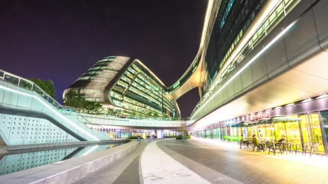 moderne abstrakte gebäude in shanghai in der nacht von fußweg. timelapse hyperlapse - schanghai stock-videos und b-roll-filmmaterial