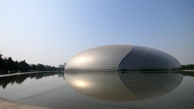 moderne abstrakte Gebäude in der Nähe von Wasser in der Stadtmitte der modernen Stadt