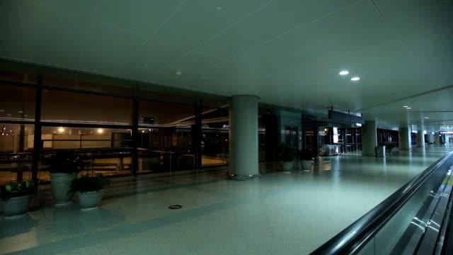 モダンな空港 - エスカレーター点の映像素材/bロール
