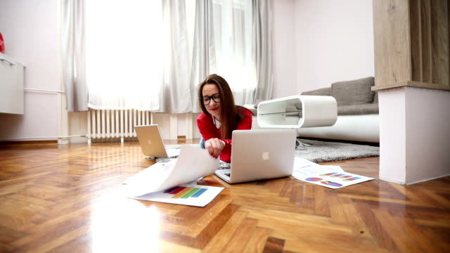 modern and cute businesswoman - hot desking stock videos & royalty-free footage