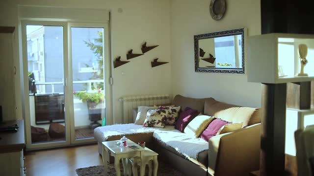vidéos et rushes de appartement moderne - appartement moderne, salon combiné avec cuisine moderne dans le style restro - moquette