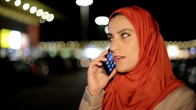 moderne arabische geschäftsfrau telefonieren mit handy auf der straße - erwachsener über 30 stock-videos und b-roll-filmmaterial