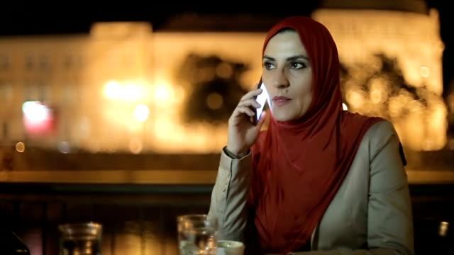 Moderne arabische Geschäftsfrau telefonieren mit Handy auf der Straße