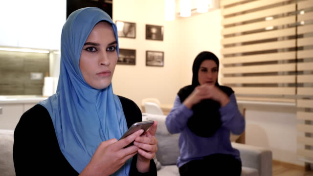vídeos de stock e filmes b-roll de modern arab teenage daughter ignores her mother while she talking - arabesco