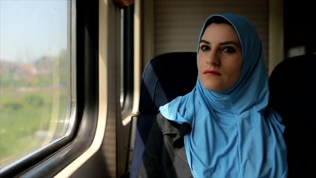 vídeos y material grabado en eventos de stock de mujer árabe moderna disfrutando de paseo en el tren - inmigrante