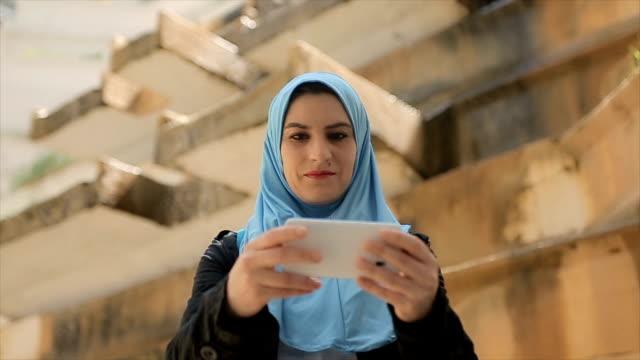 現代アラブの女性は、社会的ネットワークの写真を撮る - モデスト・ファッション点の映像素材/bロール