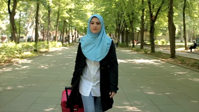 vídeos de stock, filmes e b-roll de conceito moderno de viagem curta de mulher árabe - vestuário modesto