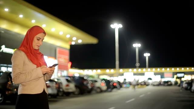 Moderne arabische Frau mit Handy