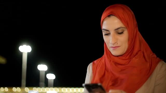 moderne arabische frau mit handy - erwachsener über 30 stock-videos und b-roll-filmmaterial