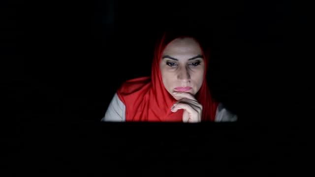 stockvideo's en b-roll-footage met moderne arabische vrouw thuis werken op computer, 's avonds - noord afrika